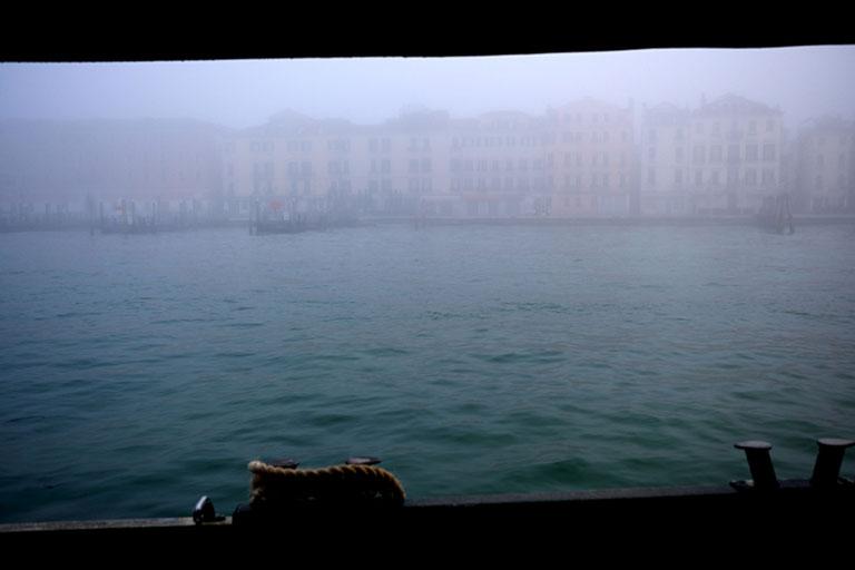 Mathieu Guillochon, photographe, rivages, couleurs, mer, lagune, Venise, Italie, brume, matin, vaporetto
