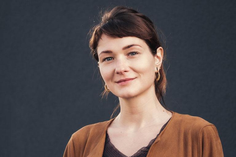 Fotografie, Portrait, Mainz, FotoLukas, Female, Frau, Person, natürlich, urban, natürliches Licht,  On Location, Treppe, sitzen, Art, künstlerich, kunst, langzeitbelichtung, schwarz-weiß