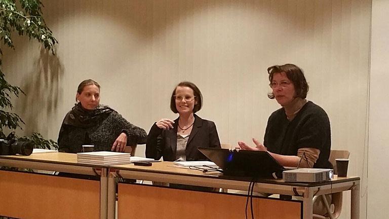 Christine Dorothea Hölzig, Michaela Weber und Ute Hartwig-Schulz bei Kunst im Gespräch, 2017. Foto: Brunhild Fischer