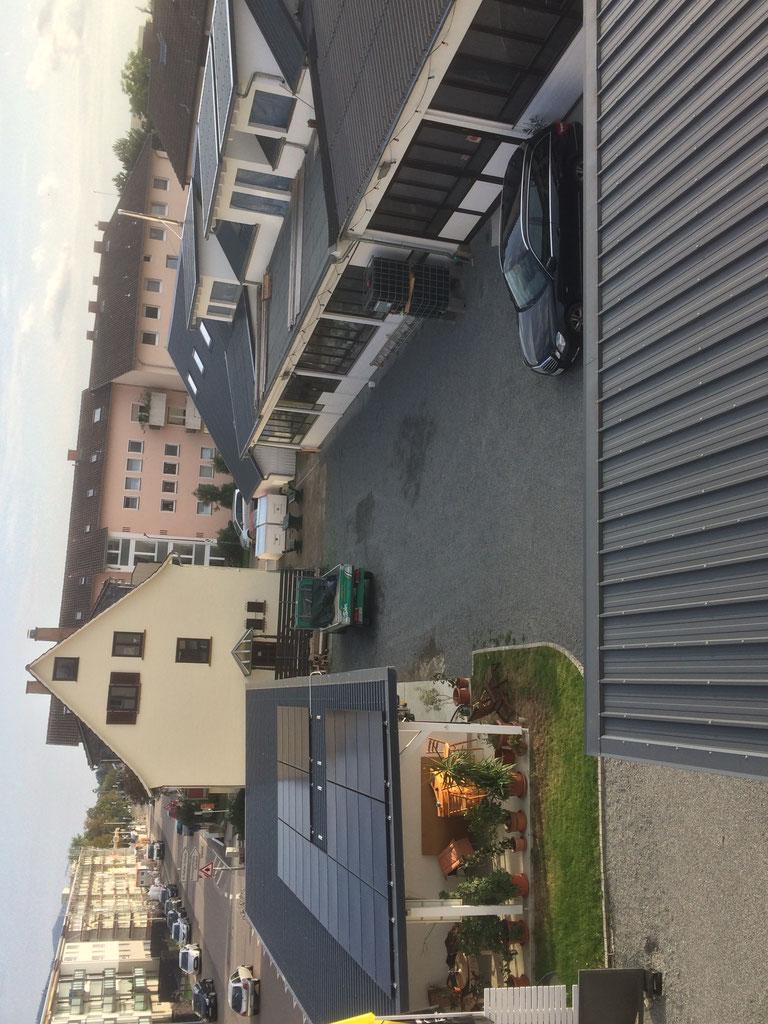 Ansicht Betriebsgelände des Malerbetriebes Böhm:  Kundenparkplätze im Hof am Büro.