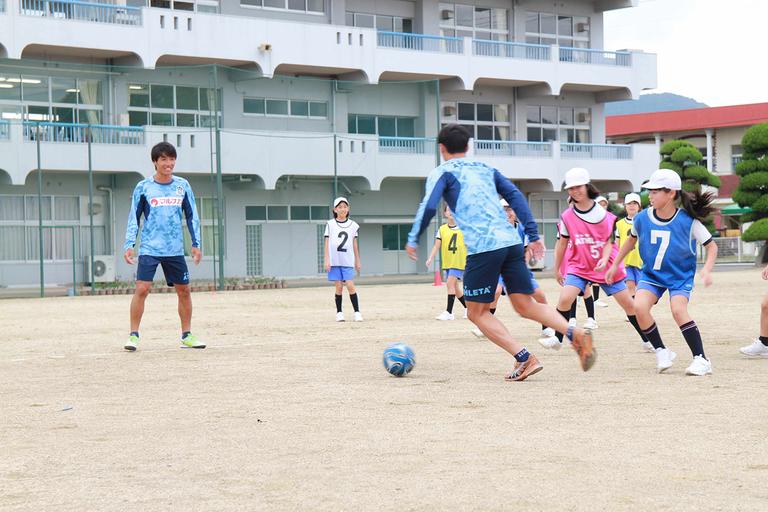 地元プロサッカーチームによるサッカーの指導