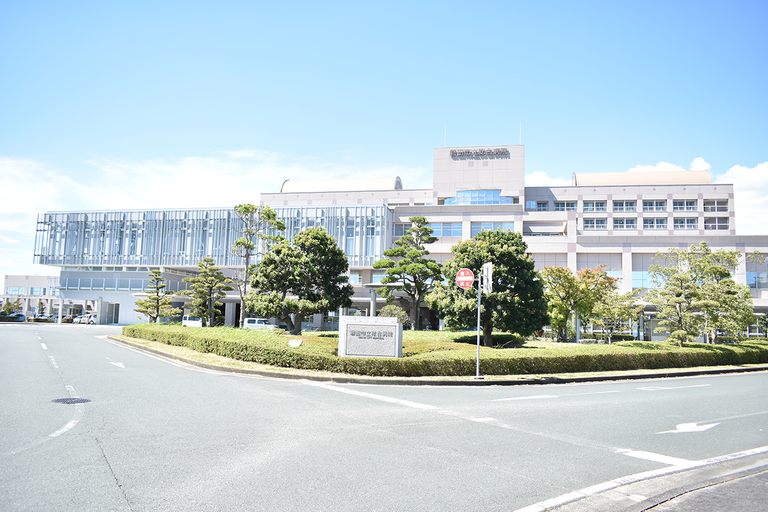 磐田市立総合病院(正面) 病床数 500 床(一般病床 498 床、感染症病床 2 床)、診療科目 32 科