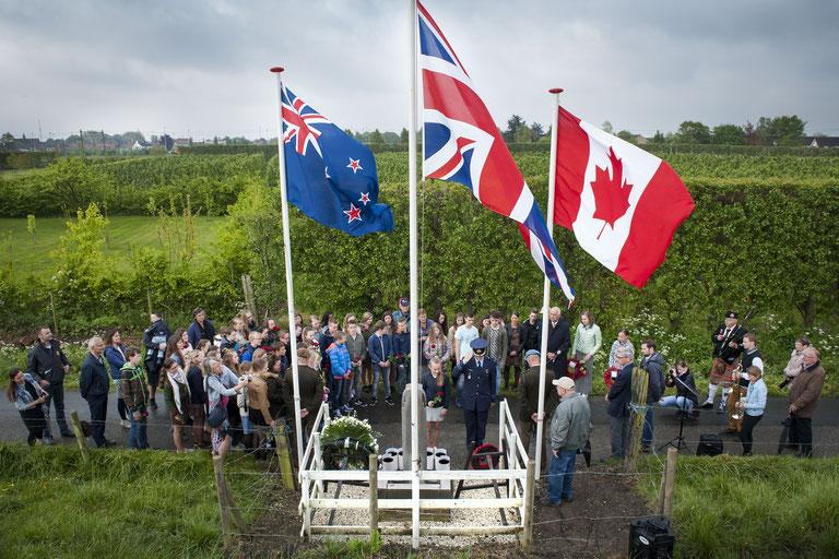 Een minuut stilte voor de gesneuvelde vliegtuigbemanning bij het monument aan de Noorddijk | © TekstEnPlaat.nl