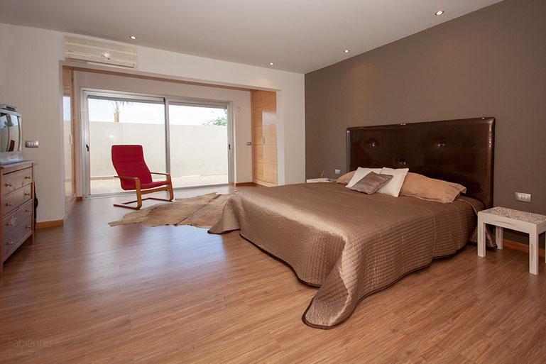 Master-Schlafzimmer mit Zugang zur Terrasse
