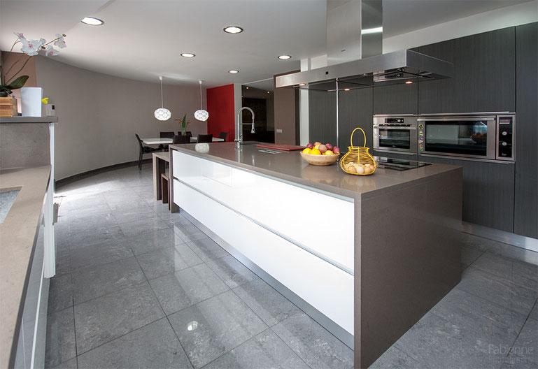 Kochzeile mit Blick zur Schrankwand und Essbereich