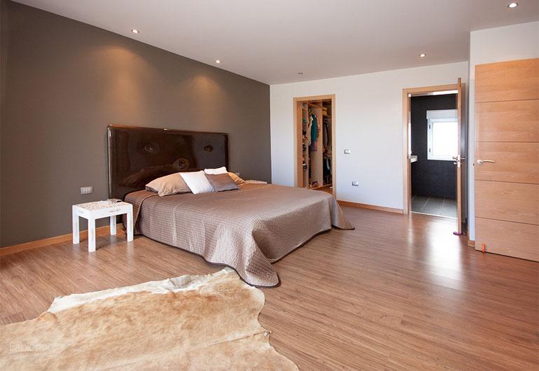 Blick durch das Schlafzimmer in das en-suite Bad