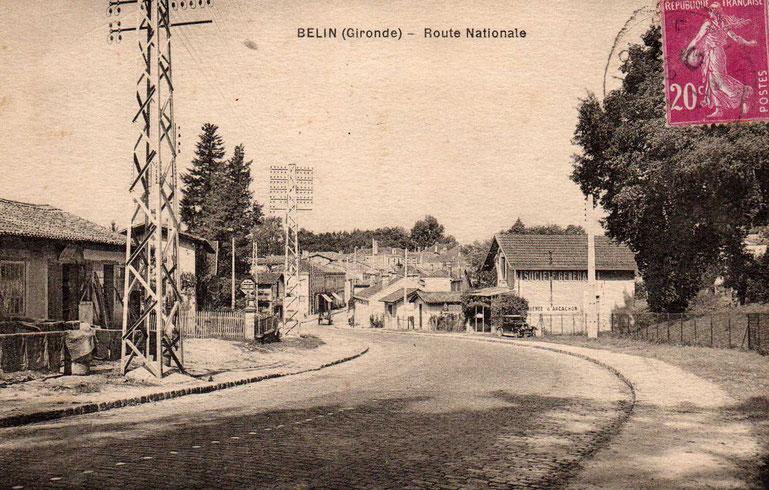 Les pavés de l'entrée de Belin. Carte postale Collection Souleyreau.