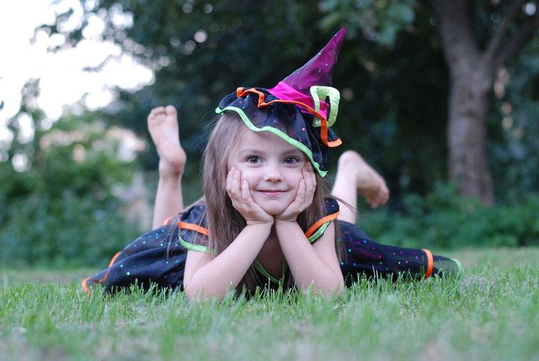 Mädchen als Hexe verkleidet