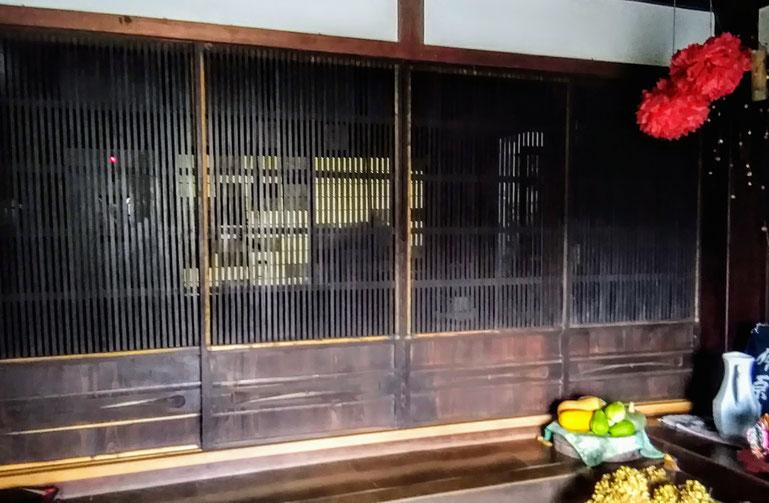 古民家民宿千屋アウトドアハウスの玄関土間の引き戸。