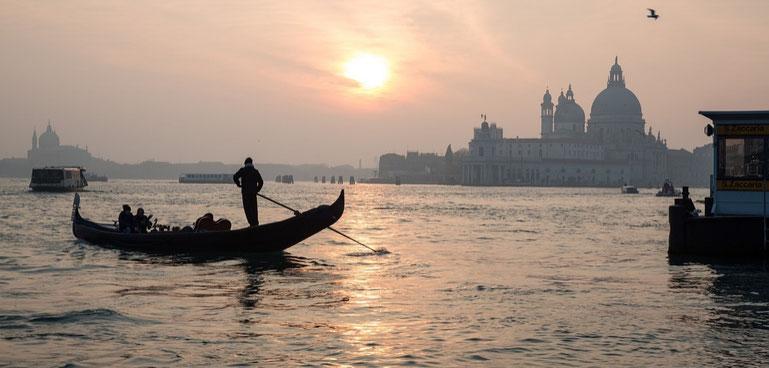 Gondel in Venedig im Abendlicht