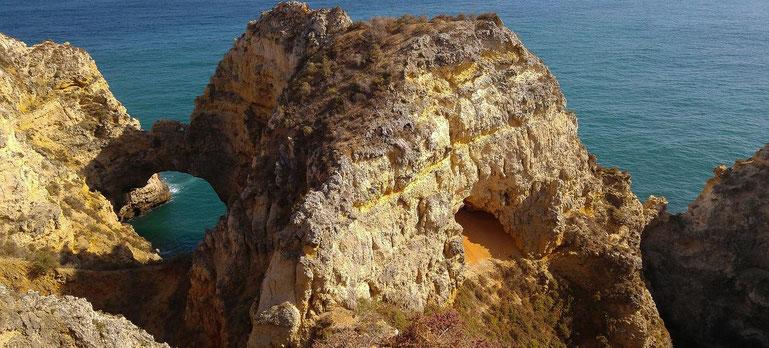Goldgelbe Felsenformationen an der Küste der Algarve