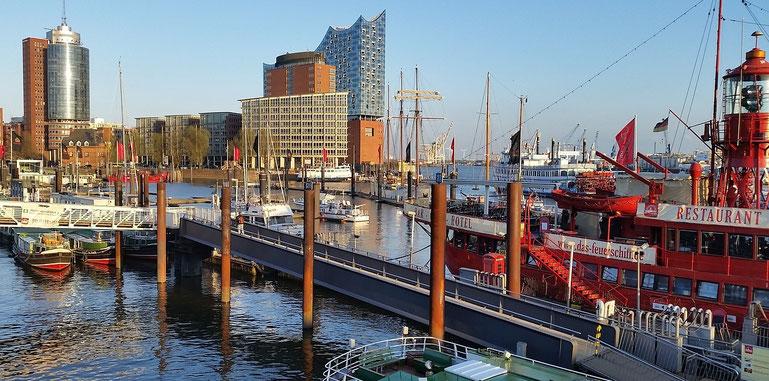 Hamburger Hafen mit Elbphilharmonie im Hintergrund