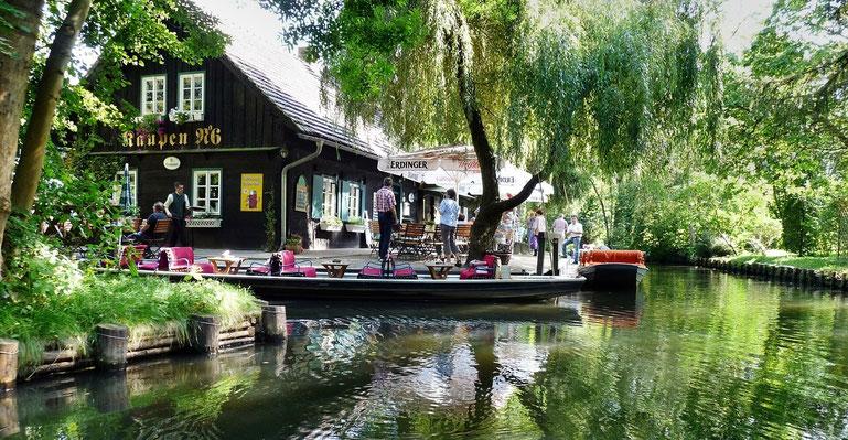 """Gasthaus am Kanal (hier """"Fließ"""" genannt) im Spreewald"""