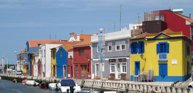 bunte Häuser am Hafen von Aveiro