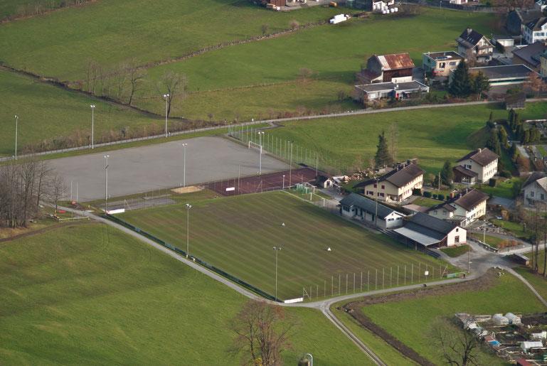 Rasenplatz und Hartplatz