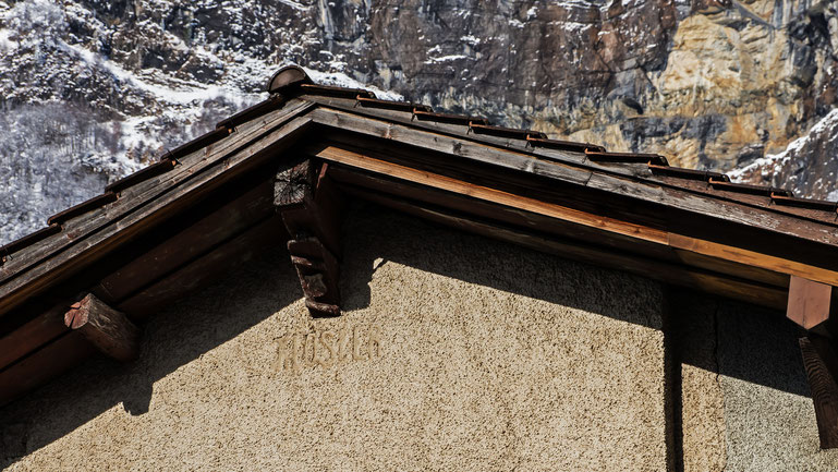 """Inschrift """"Kloster"""" im Giebel des Hauses."""
