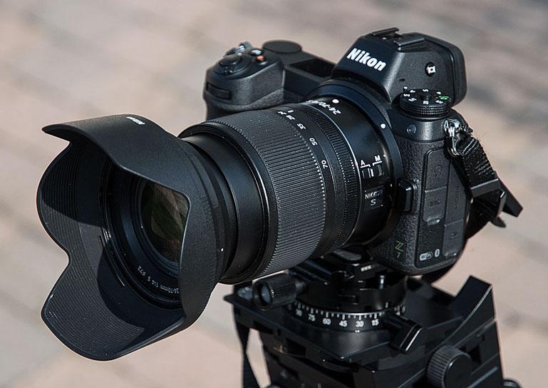 NIKONs neue spiegellose Systemkamera Z 7 mit Standard-Zoom Z 24-70 mm 1:4 S, Vorderansicht. Foto: bonnescape.de.