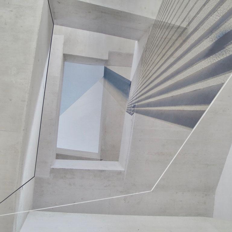 Irmgard Hummitzsch  Transparenz und Illusion  Irmgard Hummitzsch (geb. 1950 in Leibnitz/Stmk) ist eine genaue Beobachterin visueller Phänomene, die sich vor allem in architektonischen Strukturen alter und neuer Bauwerke sowie geordneten Naturformen und se