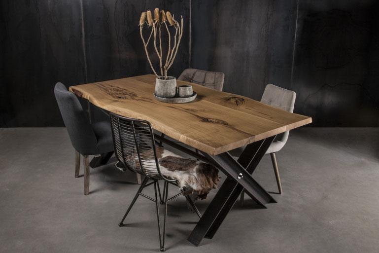 Konfigurierter MÖBELLOFT Esstisch aus Eiche Wildeiche und Stahl mit passenden Stühlen als Essgruppe
