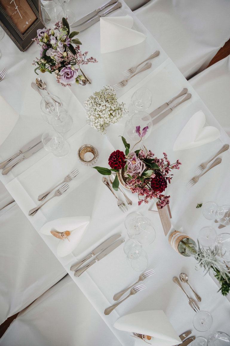 Tischdekoration auf einer Landhaus Hochzeit im Peterhof. Hochzeitsfotograf aus Heide.