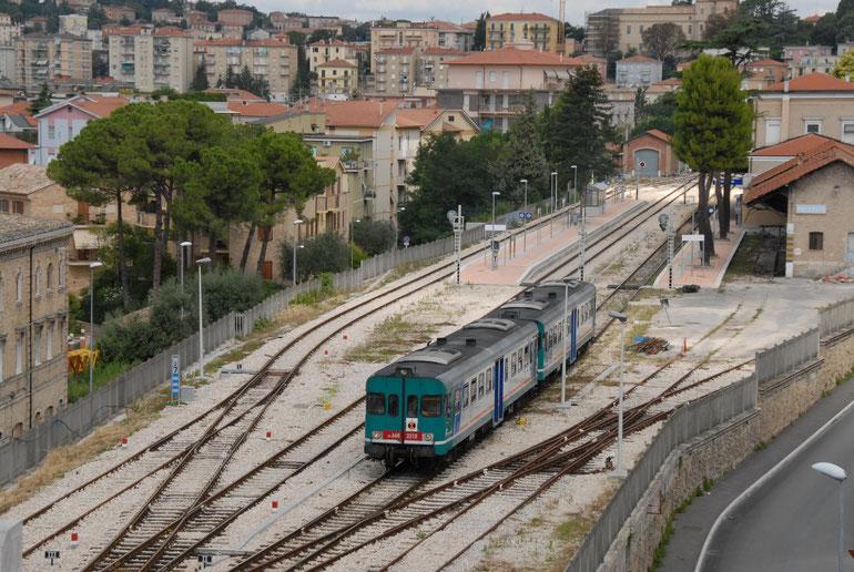 異国情緒あふれるイタリアのローカル線(オペラ音楽祭で有名なマチェラータを出る列車)
