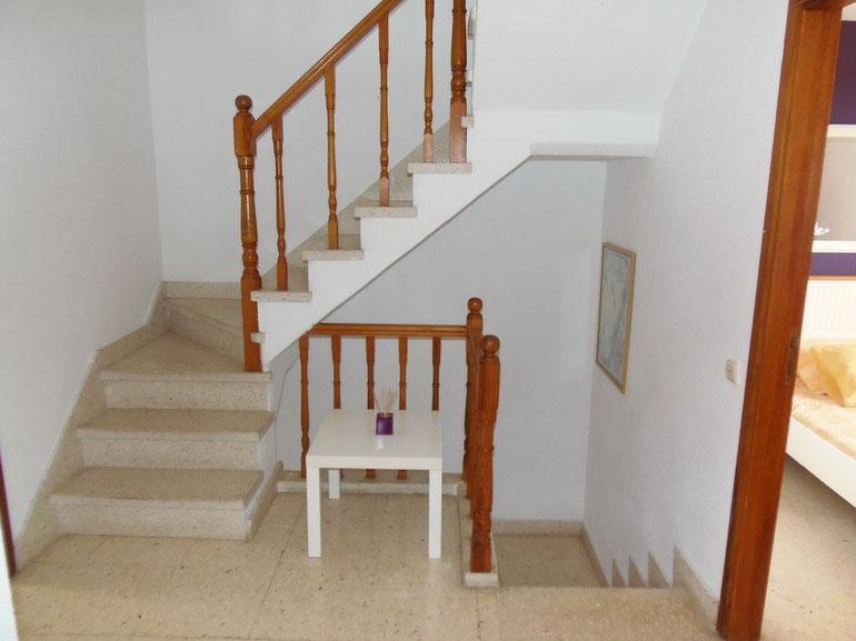 Treppe in die 1.Etage und dann weiter in die obere Etage zum 4.Schlafzimmer