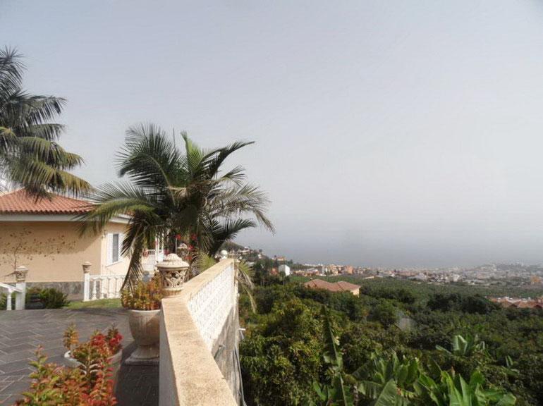 Blick auf das Meer und Puerto de la Cruz von der Eingangs-Terrasse