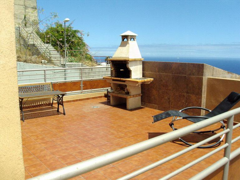 Einen fantastischen Blick auf das Meer bietet die geräumige Dachterrasse von der Stadtvilla.