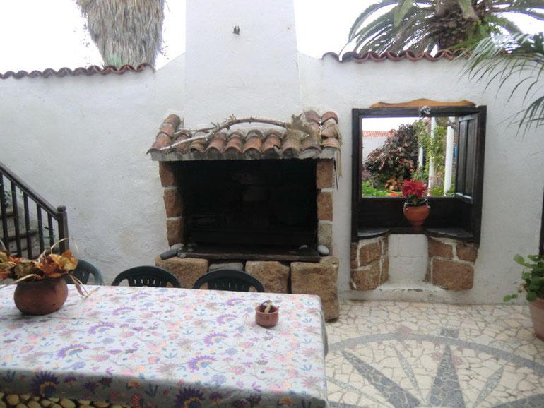 Im Patio ist ein aussen Kamin für gemütliche Abende.