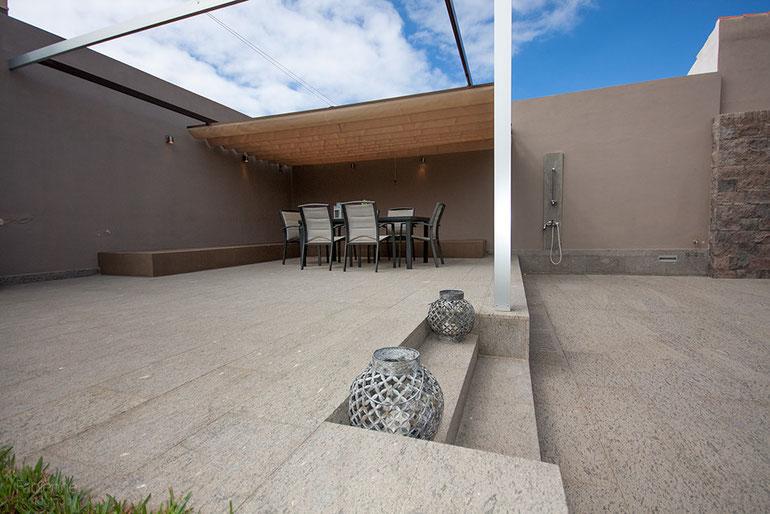 Der Terrassen-bereich der Villa ist  grosszügig und sehr edel gebaut, sogar mit einer Aussendusche.