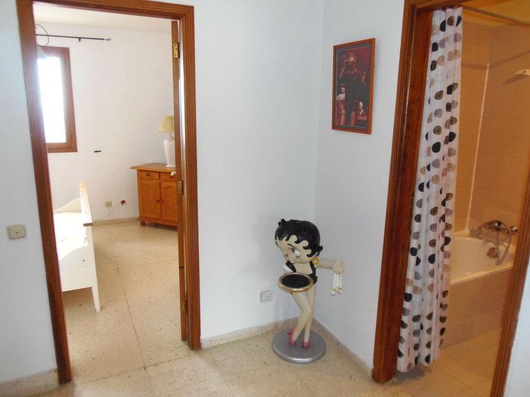 Blick 1.Schlafzimmer und 2.Bad