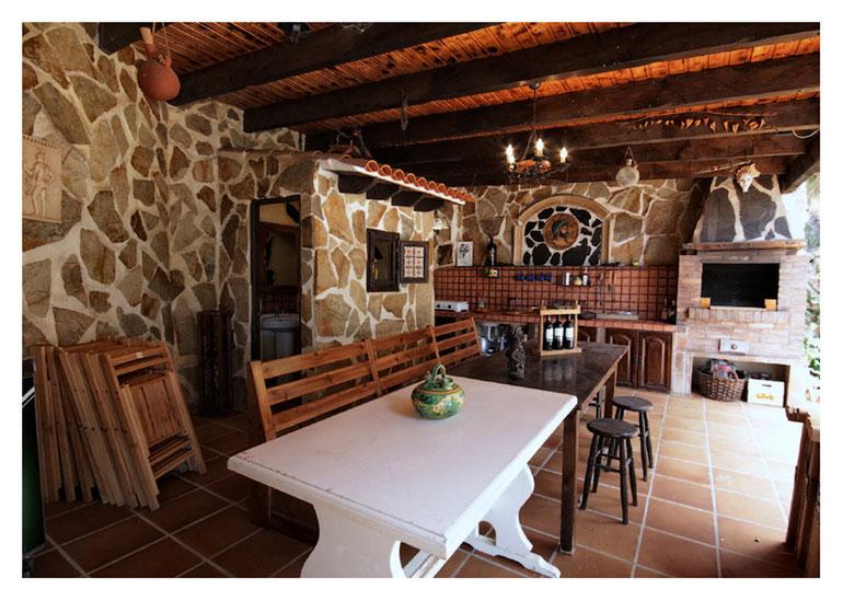 Sommerküche mit Kamin und Grill