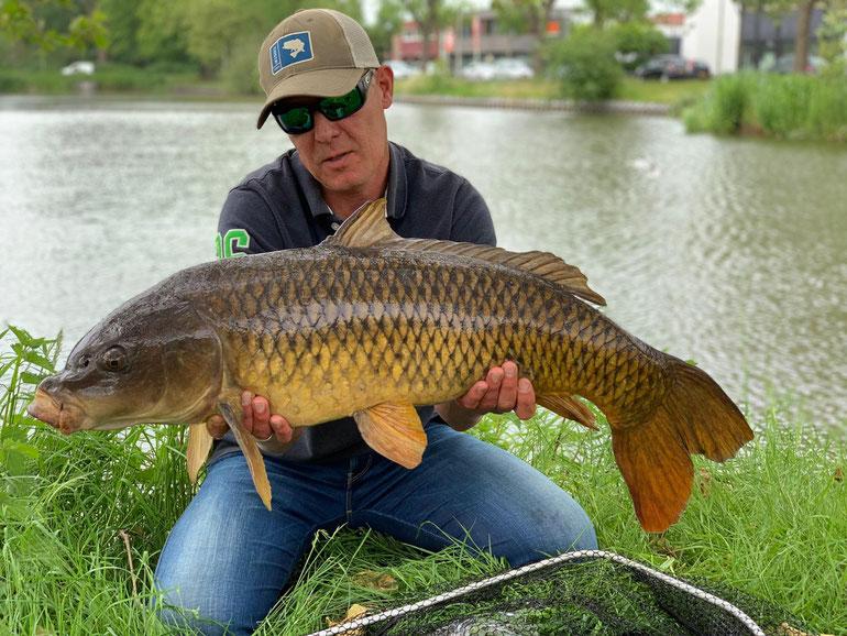 Marc mit einem tollen Schuppi gefangen mit der Fliege in Holland. Klasse Fisch!!!