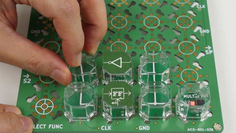 Cube-Dのベースボード上にブロックを装着して回路を作成している写真