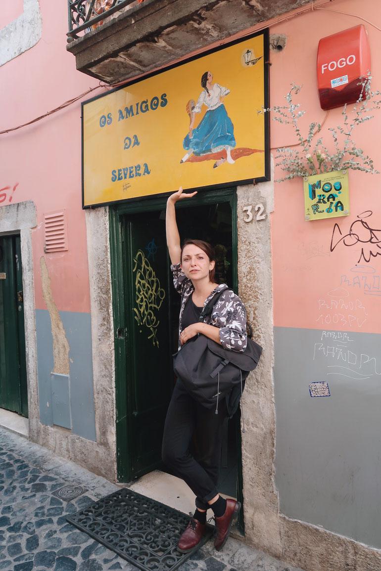 Unsere Reiseleiterin Rosa vor der Ginjinha Bar Tasca os Amigos da Severa