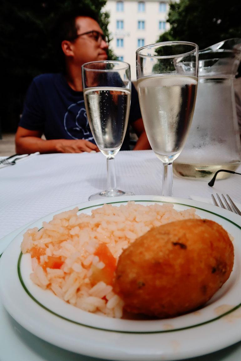 Pastéis de Barcalhau, Tomatenreis und Vinho Verde