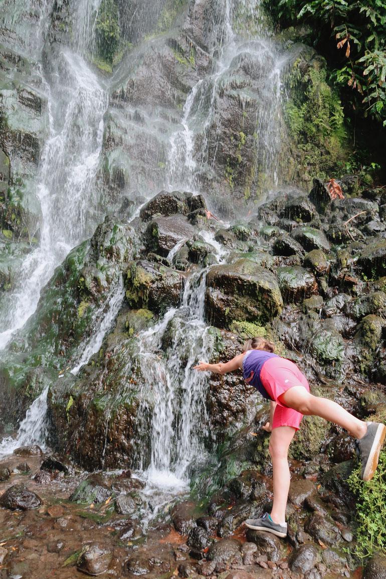 Wasserfall im Parque Natural da Ribeira dos Caldeiroes