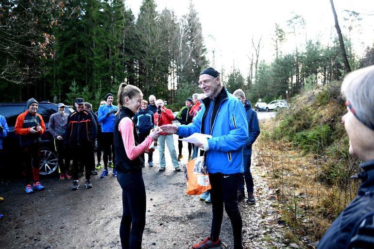 Lena Ritzel bekommt den Pokal im Burgwald, Foto: Helmut Schaake