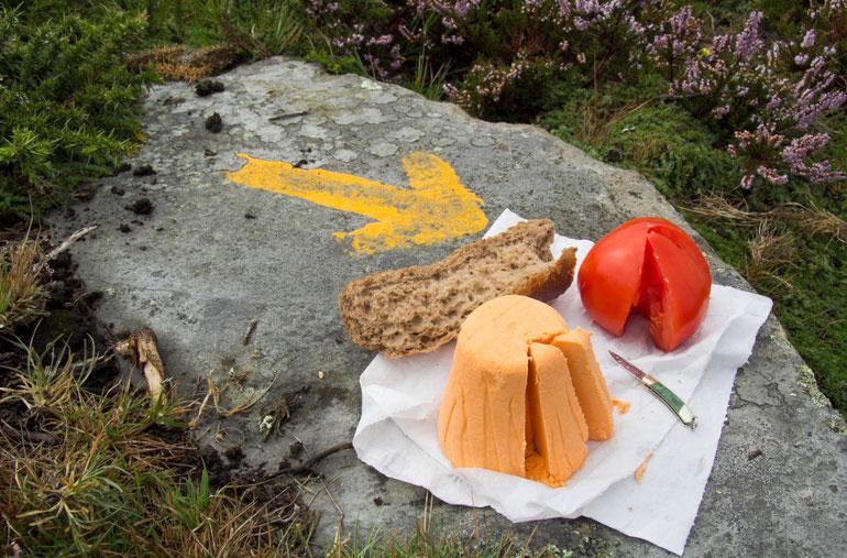 Piligrimo pietūs kalno viršūnėje ant akmens - sūris, duona, pomidoras / Foto: Kristina Stalnionytė