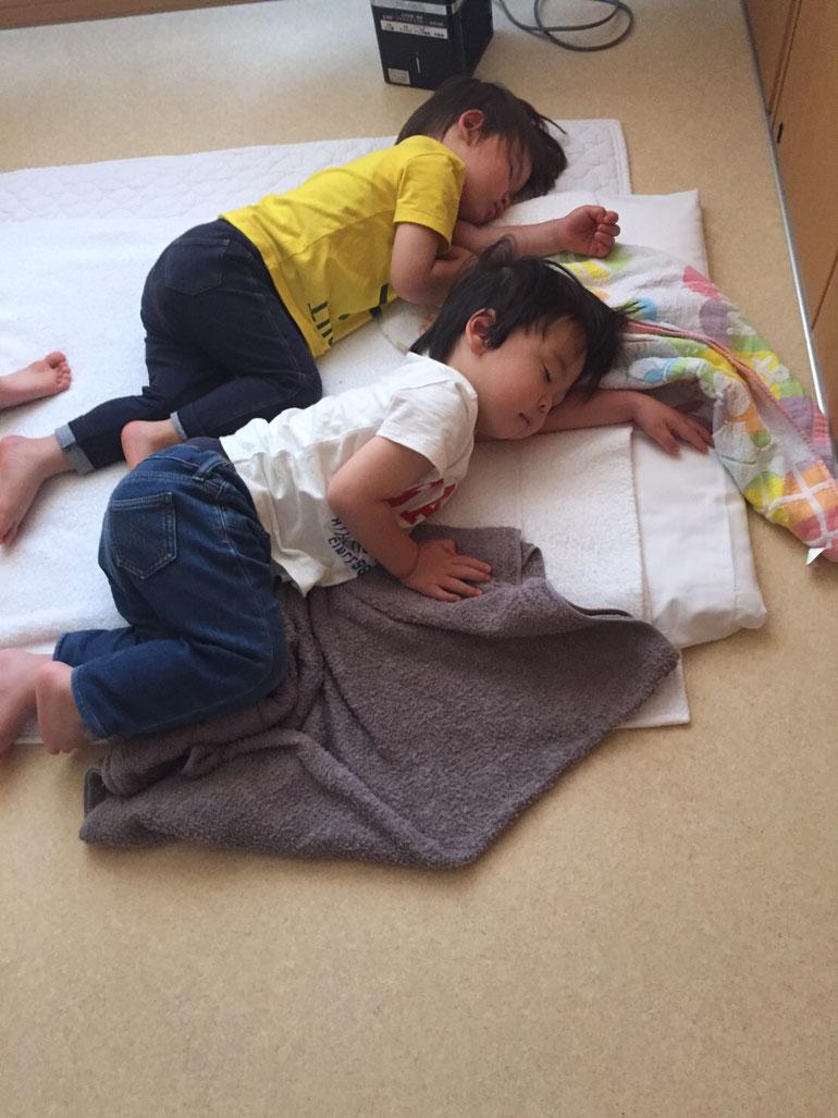 託児所のようす!(かわいい寝相 写真4)