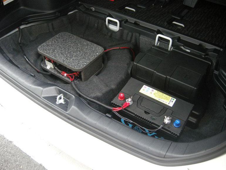 ▲サブバッテリーと機器類はトランク内へ。スペアタイヤ有り車、ハイブリッド車でもOK