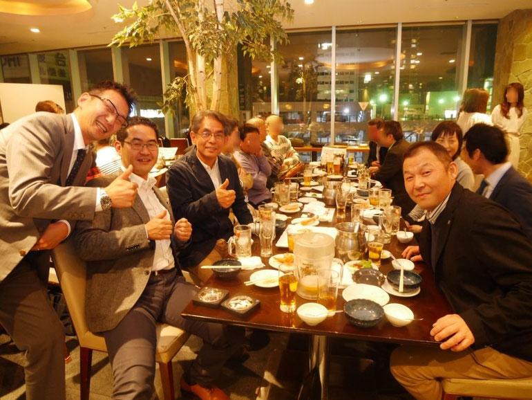 懇親会で、山口さん・原田塾長他参加者2名での記念写真