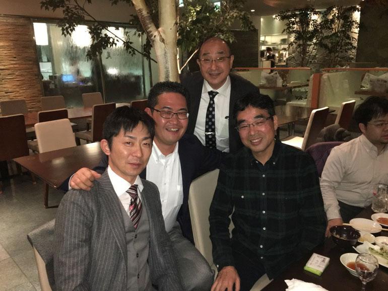 懇親会で、星島さん・原田塾長・潮産業さん2名で記念写真