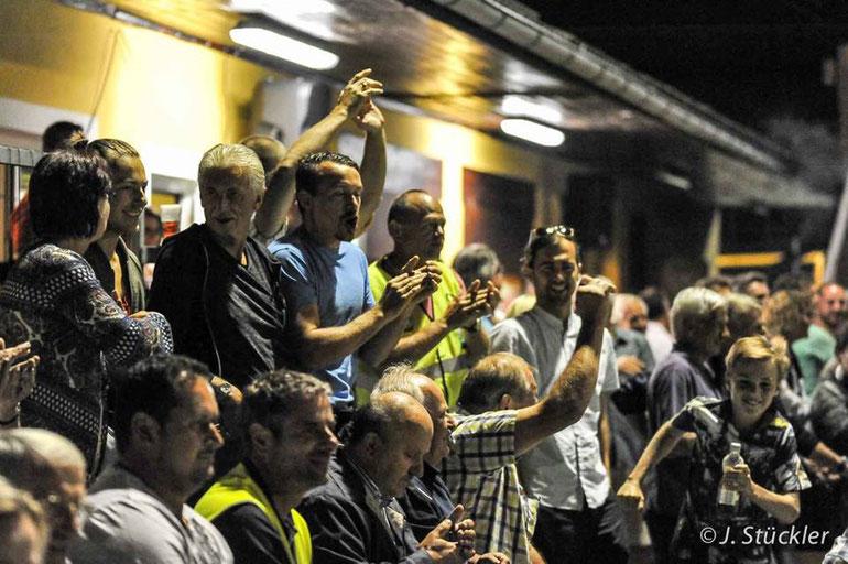 Fans des TUS Heiligenkreuz am Waasen beim Jubeln.