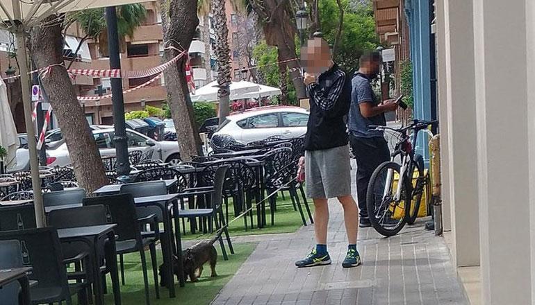 Un ejemplo de los   impresentables que no recogen la caca de sus animales en València y no respetan nada, ni a nadie...sanciones ya!..