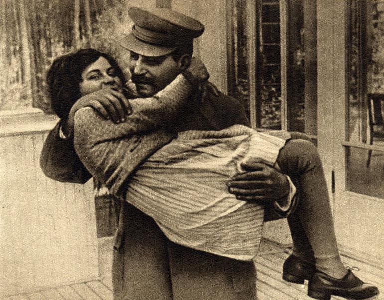 Из всех советских детей Сталин больше всего любил свою дочь Светлану. Ближняя дача в Волынском. 1935 г. Автор этого фото - Николай Власик
