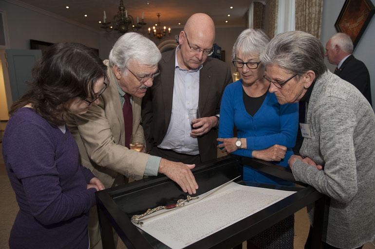 Professor Peter Henderickx geeft aanwezigen uitleg bij de replica van de oorkonde | © TekstEnPlaat.nl