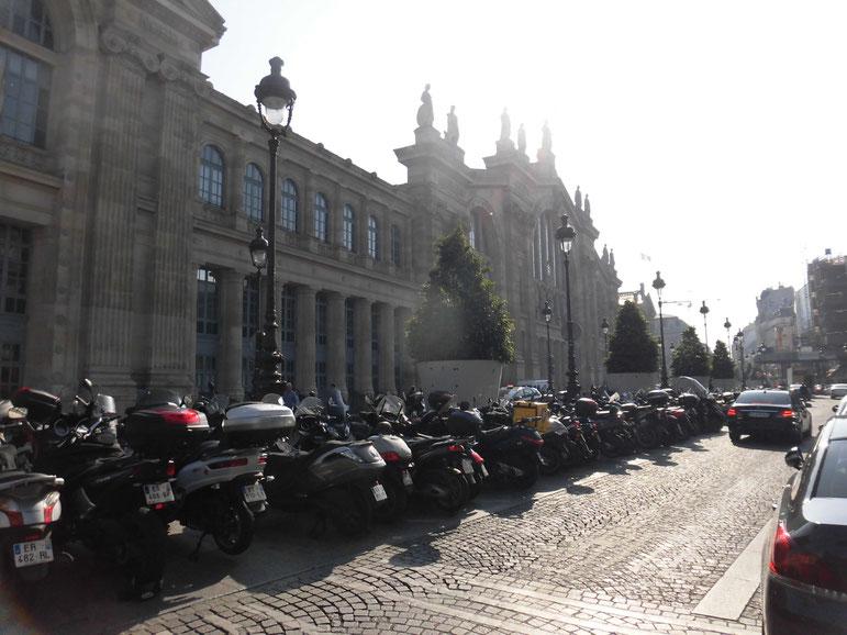 バイク天国パリ。北駅の大量のバイク。