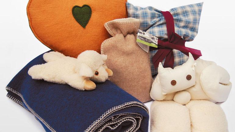 Verschiedene textile Accessoires wie Decken, Kissen, Kuscheltiere