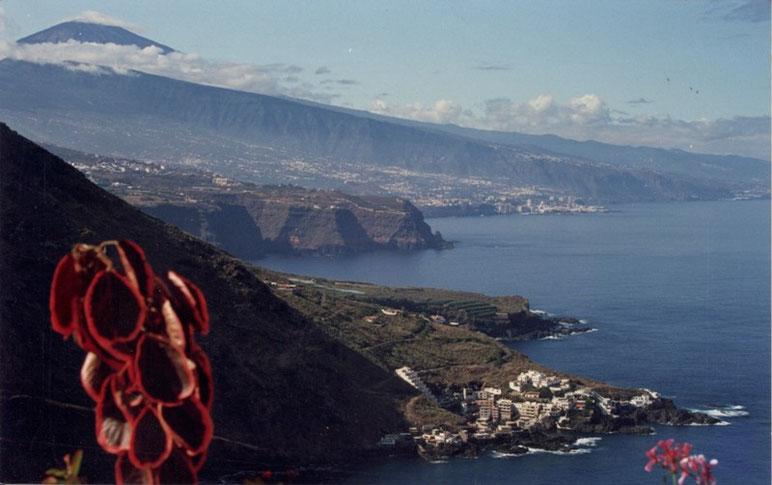 Ein Panorama-Blick auf Teneriffas Nord-West-Küste mit dem Teide und rechts im Hintergrund Puerto de la Cruz (aus der Ferne aufgenommen von La Matanza aus)